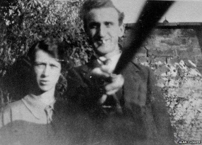 This photo of 1925 testifies the First Selfie-Stick of History?